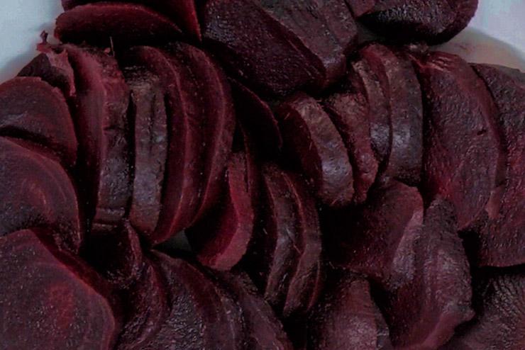 Eine probiotische Rote Beete Kefir Suppe - besonders für Menschen mit Verdauungsproblemen oder nach einer Antibiotikum Behandlung. Rote Beete für dieses köstliche Rezept mit Milchkefir - ganz einfach eine leckere Suppe mit Milch Kefir und Rote Beete herstellen - Lecker, gesund und einfach gut.
