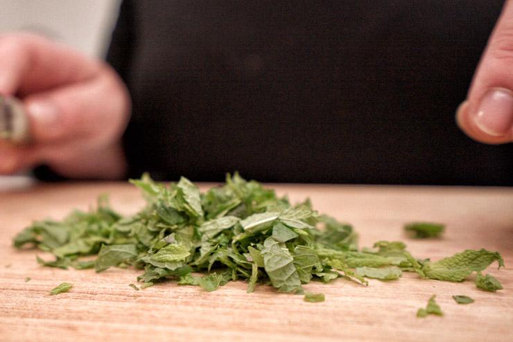 Kefir Bulgur Salat - Orient trifft auf Kefir und Minze - Minze schneiden