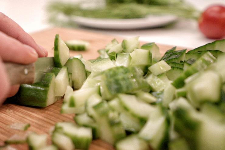 Kefir Gurken Suppe - Ein sommerlich erfrischendes Kefir Rezept - die Gurke wird geschnitten
