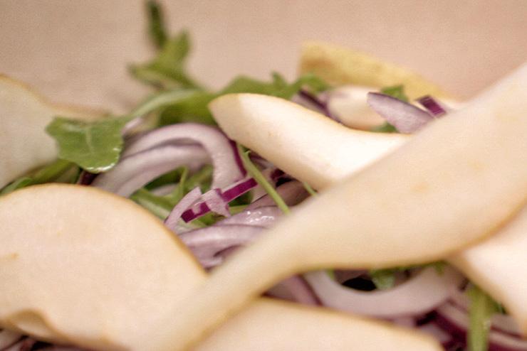 Rucola Salat mit Kefir und Linsen - ein toller Salat zum Grillen - die Birnen