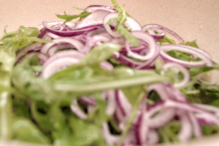 Rucola Salat mit Kefir und Linsen - ein toller Salat zum Grillen - die Zwiebeln