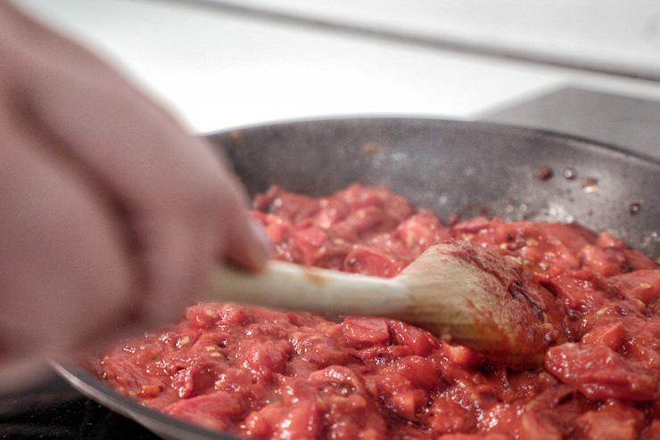 Kefir Tomaten Brotaufstrich - ein selbstgemachter Brotaufstrich mit Kefir und Tomate - Tomaten rösten