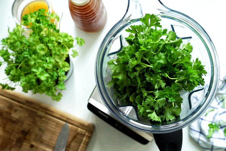 Rucola Kombucha Smoothie mit Sellerie, Gurke und Petersilie - Ein Gartenzwerg voll grüner Energie - die Petersilie