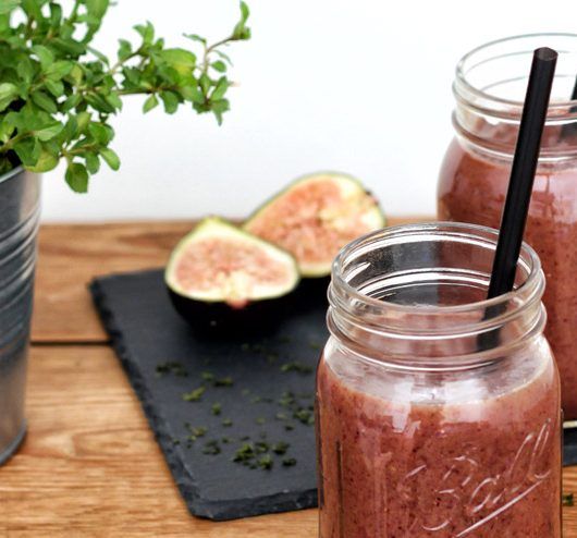 Algae, figs and kombucha - an exotic smoothie with cranberries, avocado and mint