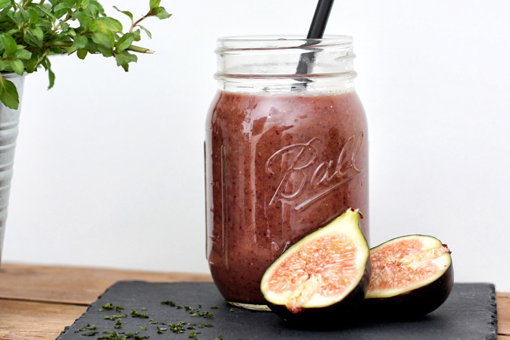 Algae, figs and kombucha - an exotic smoothie with cranberries, avocado and mint - the