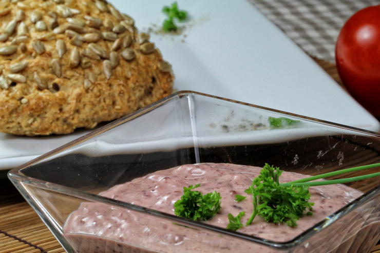 Kefir cranberry cream cheese with parsley and horseradish - a breakfast idea with milk kefir - the final