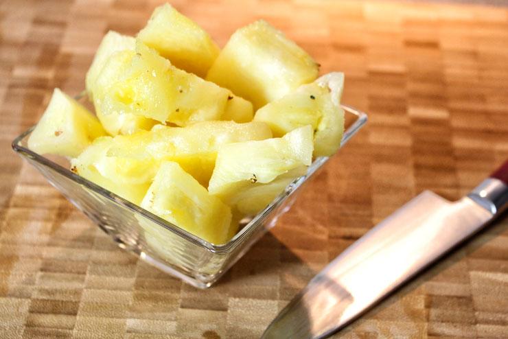 """""""Pineapple Kiss"""" Kefir Smoothie - ein erfrischend fruchtiger Wasserkefir Drink mit Ananas und Basilikum - Ananas"""