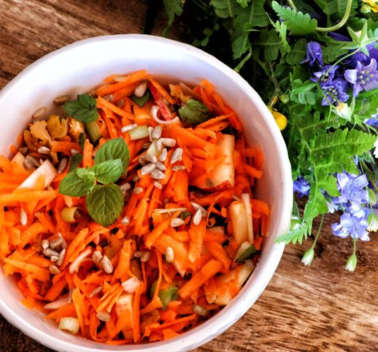 Carrot Salad with selfmade Kombucha dressing – a light and summery kombucha recipe for hot summerdays -main picture