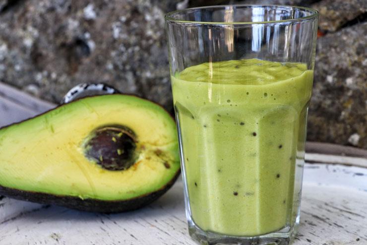 Grüner Kombucha Smoothie - Avocado trifft auf Kiwi und Banane - Hauptbild