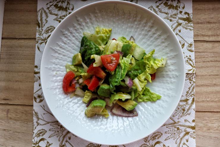 Salad with kombucha dressing – fresh and crispy salad meets colourful veggies and avocado - main pic
