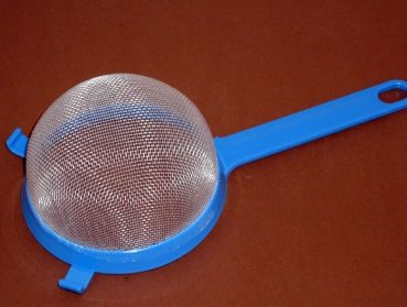 1 practical kitchen sieve | colour: blue or white